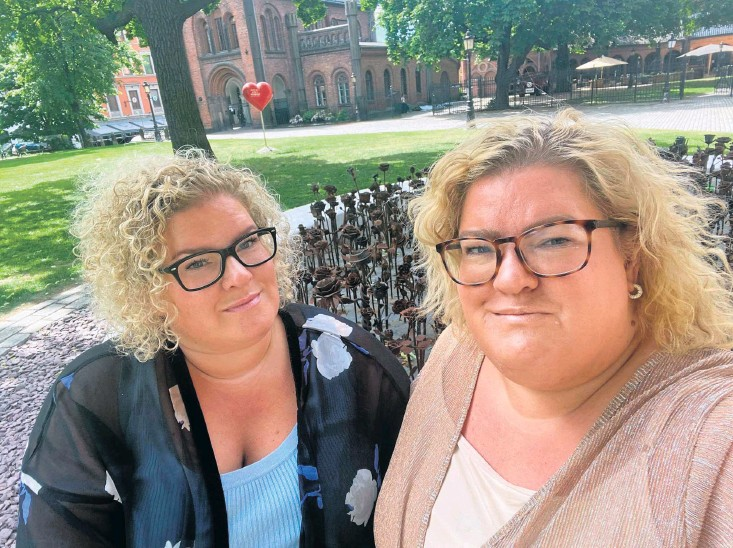 ?? Bild: Privat ?? Martina och Emma Strandberg från Vinberg är tillbaka vid platsen där Breivik sprängde bomben i Oslo. Terrordådet har påverkat systrarna i många år.