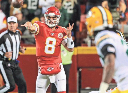 ?? JAY BIGGERSTAFF/USA TODAY SPORTS ?? The Chiefs' Matt Moore threw for 267 yards and two TDs Sunday against the Packers.