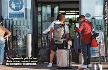 ??  ?? Für Flugreisende galt die Testpflicht schon, nun wird sie auf alle Heimkehrer ausgeweitet.
