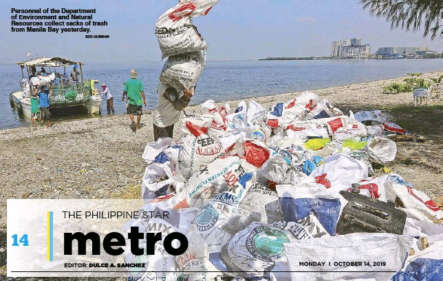 ?? EDD GUMBAN ?? Per­son­nel of the Depart­ment of En­vi­ron­ment and Nat­u­ral Re­sources col­lect sacks of trash from Manila Bay yes­ter­day.