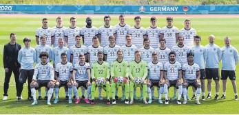 ?? FOTO: FEDERICO GAMBARINI/DPA ?? Aufstellen zum offiziellen Mannschaftsfoto: Diese 26 Spieler und ihre Trainer und Betreuer wollen sich am 11. Juli im Londoner Wembleystadion zum Europameister krönen.