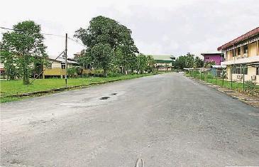 ??  ?? (民丹莪17日訊)民丹莪市區桔子路已完成拓寬和重鋪瀝青工程,車道顯得寬敞許多,有助改善繁忙時段交通擁堵情況。