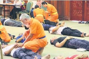 ??  ?? TEKNIK BETUL: Pengamal dan pelatih Qigong sedang membantu pesakit melakukan teknik pernafasan yang betul bagi membawa oksigen ke dalam badan.