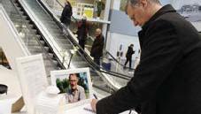 """??  ?? HYLLAR. """"Tack för allt du gjort för Huddinge och Huddingeborna. Vila i frid"""", skrev Daniel Dronjak vid en minnesplats för Ingvar Kamprad inne på Ikea."""