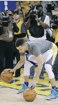 ?? BEN MARGOT/ THE ASSOCIATED PRESS ?? Saturday's scrimmage will determine whether Stephen Curry can return for Game 4.