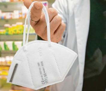 ?? Foto: Friso Gentsch, dpa ?? Sie sieht aus wie ein Kaffeefilter und schützt deutlich besser vor Viren: die FFP2‰Maske.