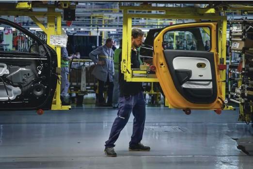 ?? Foto Jože Suhadolnik ?? Skoraj četrtina izvoza v našo največjo trgovinsko partnerico Nemčijo so avtomobili in sestavni deli.