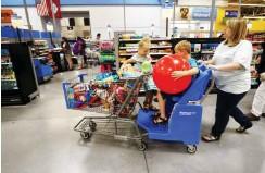 ?? Foto: Reuters/Rick Wilking ?? Bald soll die Familie bei Walmart mehr online shoppen können.