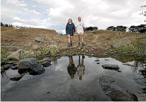 ?? JOSEPH JOHNSON/STUFF ?? Laura Carter and her father, Sir David Carter, on their drought-stricken farm in the Teddington area on the Banks Peninsula.