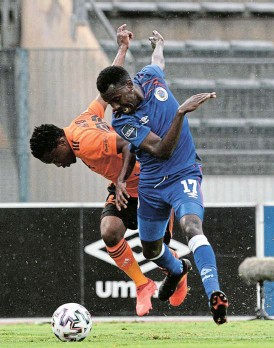 ?? /Sydney Mahlangu/BackpagePix ?? Last tango in Atteridgeville: Orlando Pirates's Paseka Mako, left, and SuperSport's Gamphani Lungu battle for the ball in their match at Lucas Moripe Stadium on Wednesday.