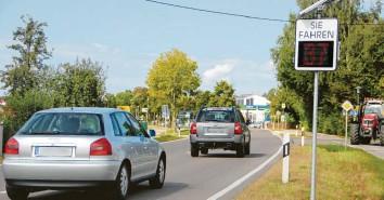 ?? Foto: Michael Kalb (Archiv) ?? Geschwindigkeitsanzeigen, wie hier in Horgau, sollen in der Gemeinde Holzheim das Einhalten der Höchstgeschwindigkeit von Tempo 50 mitbewirken.
