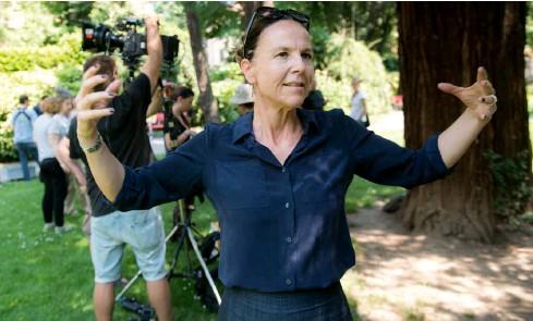 ?? TI-PRESS/GABRIELE PUTZU ?? La regista sul set nel parco di Villa Saroli a Lugano