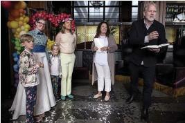 ??  ?? CEREMONIMÄSTARE. Peter Apelgren underhöll de gäster som lyckats ta sig till bröllopet trots att inbjudningarna gick ut så sent som kvällen innan.