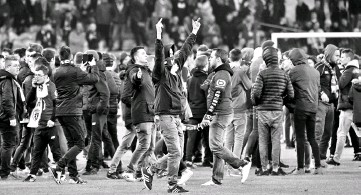 ?? - AFP photo ?? Lille's supporters invade the pitch at the end of the French L1 football match between Lille (LOSC) and Montpellier (MHSC) on March 10, 2017, at the Pierre Mauroy Stadium in Lille, northern France.