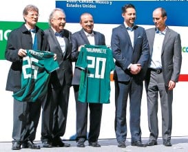 ??  ?? Enrique de la Madrid y Alfonso Navarrete, junto a directivos del futbol