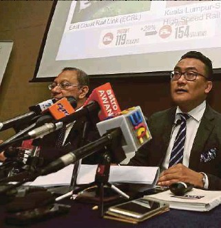 ?? ZULKIFLI PIC BY ZULFADHLI ?? Land Public Transport Commission (SPAD) chief executive officer Mohd Azharuddin Mat Sah (centre) at the media briefing on the 2017 Land Public Transport Report Card in Kuala Lumpur yesterday. With him are SPAD chief development officer Dr Prodyut Dutt...