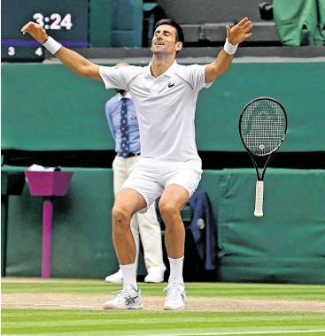 ?? BILD: SN/AFP ?? Novak Djoković holt seinen sechsten Titel in Wimbledon.