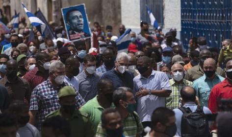 ??  ?? Cientos de personas se manifiestan contra el Gobierno cubano frente al Capitolio de La Habana, este domingo.