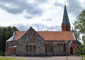 ?? Bilder: Erik Andersson ?? nya kyrkan i Ljunghem – numera kallad Vretens kyrka – och gamla kyrkans plats, kantad av en stenmur.