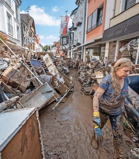 ??  ?? Verheerungen: Im schwer getroffenen Bad Neuenahr-ahrweiler begann man gestern mit den Aufräumarbeiten. GETTY