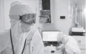 ?? Фото Максима Шеметова/ Reutersm. ?? Даже уход одного врача - в нынешней ситуации большая потеря.