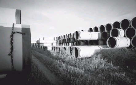 ?? ANDREW BURTON/GETTY IMAGES ?? Unused pipe, planned for the Keystone XL pipeline, sits in a lot near Gascoyne, N.D., in 2014. The Keystone XL project had taken on special significance because of the sea change in public and business attitudes toward climate change.
