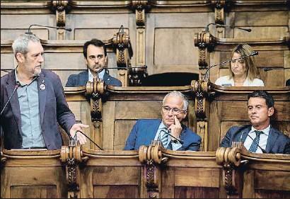 ?? QUIQUE GARCIA / EFE ?? Coronas (ERC) se dirige a Bou (PP) y Valls (Barcelona pel Canvi) durante el pleno municipal de ayer