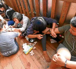 ?? —EV ESPIRITU ?? Tourists go to the sleepy village of Buscalan, where renowned tattoo artist Whang-od Oggay lives, for traditional tattooing.