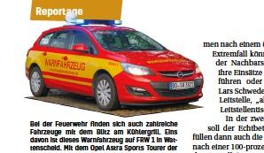 ??  ?? Bei der Feuerwehr finden sich auch zahlreiche Fahrzeuge mit dem Blitz am Kühlergrill. Eins davon ist dieses Warnfahrzeug auf FRW 1 in Wattenscheid. Mit dem Opel Astra Sports Tourer der Löscheinheit Wattenscheid-mitte kann bei Bedarf die Bevölkerung gewarnt werden.