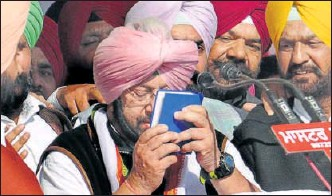 ?? GURMINDER SINGH/HT FILE ?? Amarinder Singh had vowed by a holy Sikh book (Gutka) at the historic Talwandi Sabo, the seat of one of five Sikh takhts that he would launch a drive to eliminate the menace of drugs which found prominence in the Congress manifesto.