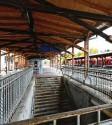 ?? Fotos: Marcus Merk (Archivbilder) ?? Seit Jahren wünschen sich die Neusässer eine Modernisierung der alten Bahnhöfe in Westheim (rechts) und Neusäß. Sie haben keinen Aufzug, sind nicht barrierefrei und haben noch andere Mängel.