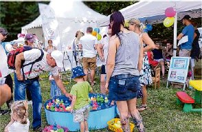 ?? Foto: Elke Lang ?? Schönes Wetter, viele Angebote: Jung und Alt hatten beim Sommerfest in Grünheide richtig viel Spaß.