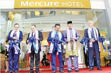 ??  ?? Musa (middle), Mercure Hotel owner Musa Adnin (second from right), Masidi (left), Garth (right) and Jacques during the ribbon cutting ceremony to mark the opening of Mercure Kota Kinabalu City Centre.