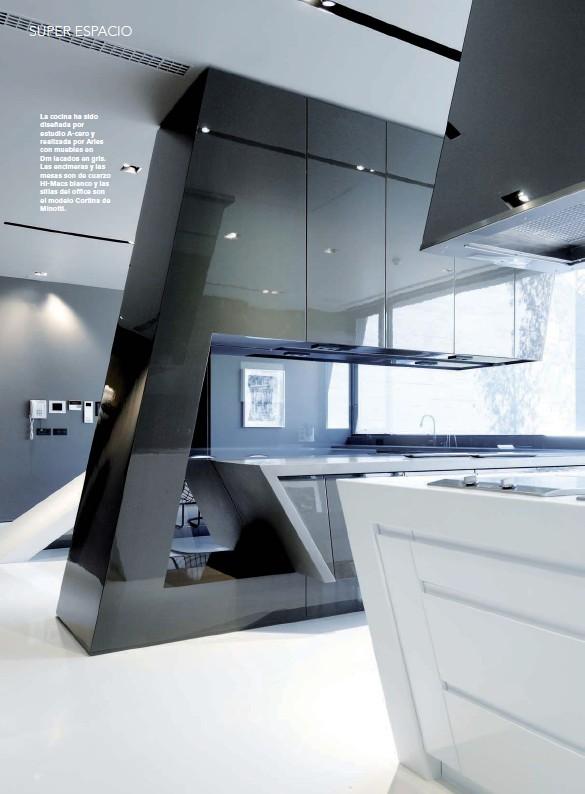 ??  ?? La cocina ha sido diseñada por estudio A-cero y realizada por Aries con muebles en Dm lacados en gris. Las encimeras y las mesas son de cuarzo Hi-Macs blanco y las sillas del office son el modelo Cortina de Minotti.