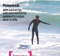 ??  ?? Presumiendo Jaden pasó un rato surfeando mientras los paparazzi le cazaban desde la orilla.