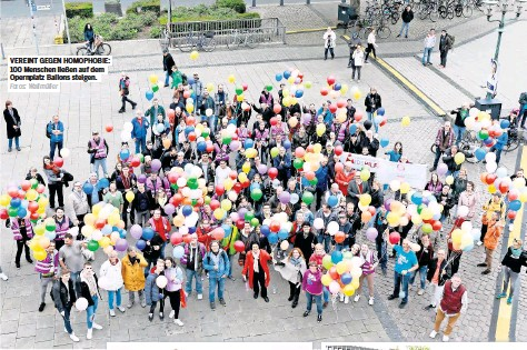 ?? Fotos: Wallmüller ?? VEREINT GEGEN HOMOPHOBIE: 100 Menschen ließen auf dem Opernplatz Ballons steigen.