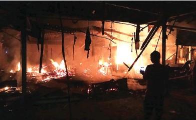 ?? BAGUS RIO/JAWA POS RADAR BANYUWANGI ?? MEMBARA: Api terus membesar dan melahap sejumlah toko di Pasar Benculuk, Kecamatan Cluring, Banyuwangi, Senin malam (12/6).