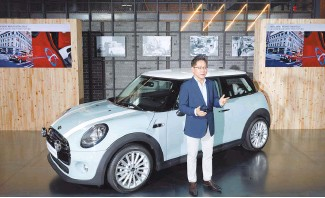 ?? Courtesy of MINI Korea ?? MINI Korea brand management and sales director Cho In-chul makes a presentation in front of the company's latest online limited edition Retro Blue, at Baesan Korea cafe in Seoul, on Tuesday.