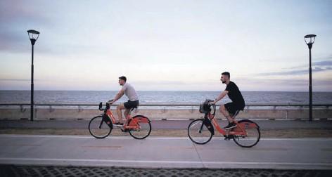??  ?? Dos personas pasean en bicicleta por el Río de la Plata, en Buenos Aires.