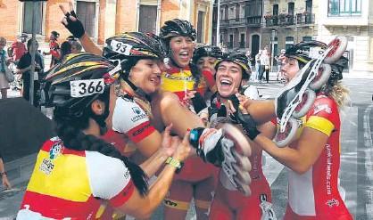 ??  ?? La patinadora del club San Juan-donibane es manteada por sus compañeras de equipo tras ganar.