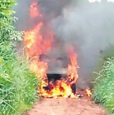 ??  ?? Los criminales quemaron una de las camionetas que utilizaron.