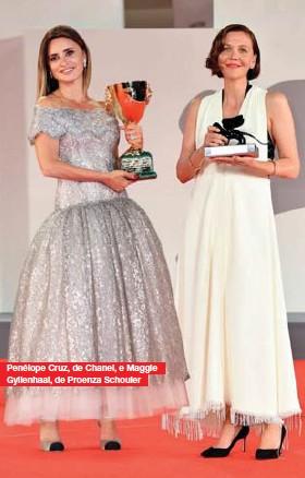 ??  ?? Penélope Cruz, de Chanel, e Maggie Gyllenhaal, de Proenza Schouler