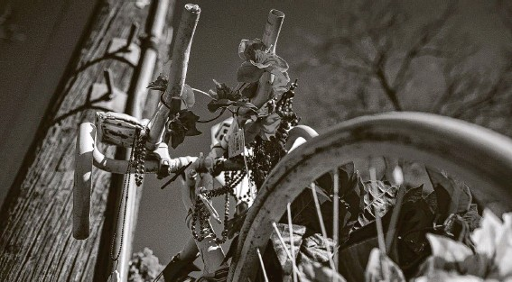 ?? Jon Shapley / Staff photographer ?? A ghost bike honors Mark Brooker on the corner of Oxford and East 38th streets in Independence Heights. Brooker was one of 34 cyclists killed in the area in 2020.
