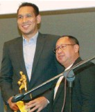 ??  ?? San Miguel Beer's June Mar Fajardo poses with a scribe after receiving his Defensive Player of the Year award during the PBA Press Corps Awards Night on Wednesday night. (Manny Llanes)
