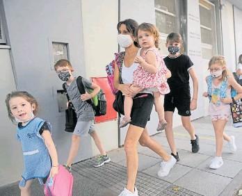 """??  ?? A full. Mariela arranca a las 6, """"repartiendo"""" chicos por escuelas y jardines de infantes."""
