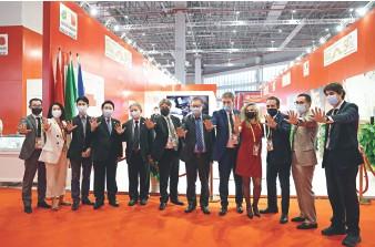 ??  ?? Le 7 novembre 2020, lors de la 3e CIIE à Shanghai, l'Italian Trade Agency (ITA) a fêté, sur son stand de bijoux, le 50e anniversaire de l'établissement des relations diplomatiques entre la Chine et l'Italie.