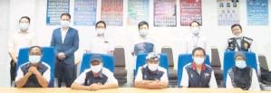 ??  ?? ALBUM: Sebahagian yang hadir sempat merakam gambar bersama Dr.Lungkiam (duduk, kanan) dan Tan (duduk, dua kiri).