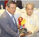 ??  ?? Frank Evaristo and special awardee Tony Cabangon-Chua.