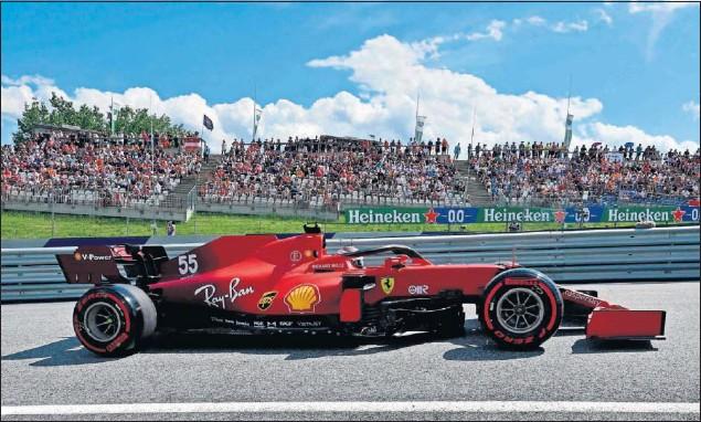 ??  ?? El madrileño Carlos Sainz pilota el Ferrari SF21 durante la sesión de clasificación del GP de Austria, disputada el pasado sábado en el circuito de Spielberg.