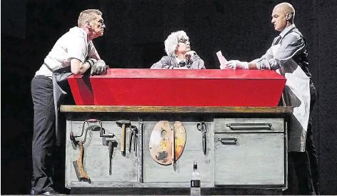 """??  ?? Ein surreales Fest des Operntheaters Sirene: Im Rahmen des Kammeropernfestivals """"Die Verbesserung der Welt""""inszenierte Kristine Tornquist in der Breitenfurter Straße Alexander Wagendristels Musiktheaterstück """"Ewiger Frieden"""". Als nächste Uraufführungen folgen Margareta Ferek-Petrics Oper """"Die Nackten""""(ab 14. 9.) und Julia Purginas """"Der Durst der Hyäne""""(ab 25. 9.)."""